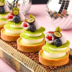 Almond and blueberry ! Fancy Desserts, No Bake Desserts, Delicious Desserts, Dessert In A Jar, Dessert For Dinner, Decoration Patisserie, Mini Tart, Pastry Art, Special Recipes