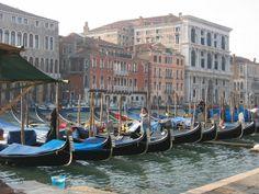 #Gondolas  en el #GranCanal  de #Venecia  http://www.venecia.travel/lugares-para-visitar/gran-canal/ #turismo  #viajar #Italia