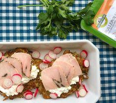 Kartoffel-zucchini madpandekager med hytteost og rulle-pølse (2 pers.) 250g kartofler, 1/2 squash, 1 fed hvidløg, 1 stort æg, salt, peber, 6 skiver rullepølse (Den Grønne Slagter), 200g hytteost og 8 radiser.  Skyl og riv kartofler og squash. Pres væden ud. Rør hvidløg p/s & æg i blanding. Varm pande og steg små pandekager gyldne. Læg et par spsk. hytteost, halve skiver rullepølse og radiser i skiver på pandekage. Pynt evt. med skyllet frisk persille #dengrønneslagter #madpandekager