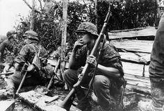 """Soldaten der 12.SS Panzer Division """"Hitlerjugend"""", bei einer Pause in der Normandie."""