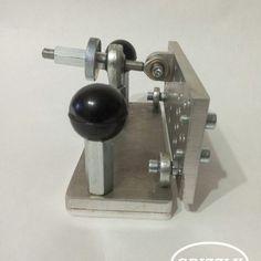 На подошве пластина из фторопласта для плавного подвода к ленте и защиты рабочего столика от царапин