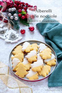 Golosi e semplicissimi #biscotti di #natale con pasta frolla alle nocciole e glassa #ricette #ideeregalo #createtoinspire #christmascookies