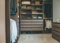 YLELLINEN PUKEUTUMISHUONE  Omakotitaloon rakennettiin pukeutumishuone kahdelle aikuiselle. Materiaaliksi valittiin tumma tammi. Pukeutumishuoneessa on riittävästi tilaa myös silitysvälineille ja muulle vaatehuollolle. Säilytys on kätevämpää, kun kaikille on omat laatikot ja paikkansa. Vaatteet ja kengät eivät katoa kaapin uumeniin, vaan kaikki on helposti nähtävissä. Kauniisti järjestelty vaatehuone kestää ja kerää myös katseita.
