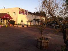 Garden's Hotel, www.gardenhotel-sermoise.upps.eu, Das Garden Hotel befindet sich in Sermoise, 46 km von Moulins und 2,4 km von Nevers entfernt. Die Gäste können vor Ort ein Restaurant genießen. Kostenloses WLAN und kostenfreie Parkplätze stehen vor Ort zur Verfügung. Alle Zimmer sind mit einem Flachbild-TV mit Kabelkanälen ausgestattet. Die Rezeption ist 24-Stunden offen.