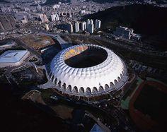 Estadio Asiad de Busan, es un estadio multifuncional ubicado en la portuaria ciudad metropolitana de Busan, en Corea del Sur. Soccer Stadium, Football Stadiums, Busan, Tensile Structures, Rest Of The World, South Korea, Monster Trucks, The Incredibles, Panama
