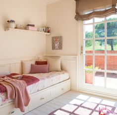 Dormitorio de niña con salida  a la terraza
