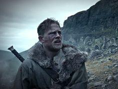 """Guy Ritchie hat sich mit vielen Filmen einen guten Namen machen können. """"King Arthur: Legend of the Sword"""" wird sich nicht dazugesellen. Dass Guy Ritchie die berühmte Guy-Ritchie-Formel auch erfolgreich in einem altertümlichen Umfeld anwenden kann, hat er mit seinen beiden..."""