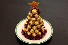 How to Make a Ferrero Rocher Christmas Tree Ferrero is a candy and confection company that produces Ferrero Rocher Tree, Ferrero Rocher Bouquet, Chocolate Tree, Candy Trees, Ginger Snap Cookies, Truffle Recipe, Candy Bouquet, Secret Santa, Healthy Recipes