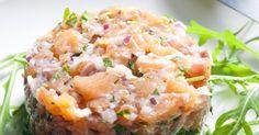 Pour réussir les rillettes de saumon frais, mieux vaut cuire dans un bouillon parfumé le saumon. Ajoutez des herbes et des épices, ainsi que du beurre et de l'huile. Placez au frais et vous vous régalerez après!