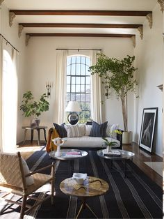 [gallery Colonial home will be known easily from its architecture design, exterior and interior. Colonial home usually is big and large with many windows. Living Room Designs, Living Room Decor, Living Spaces, Living Rooms, Living Area, Bedroom Decor, Design Bedroom, Elle Decor, Celebrity Houses
