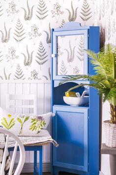 Kulmakaappi vaihtaa vuosikymmentä. Remake a corner cabinet.   Unelmien Talo&Koti Kuva: Satu Nyström Toimittaja: Anette Nässling Small Places, Old Furniture, Recycled Crafts, Pallet Ideas, Furniture Inspiration, Satu, Diy Home Decor, Recycling, Cottage