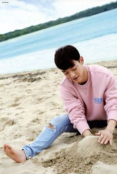 baby Chen's magic moment playing with the sand