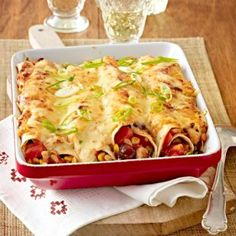 Enchiladas mit Hähnchen – so geht's Rolled tortillas with a spicy filling of colorful vegetables and meat, which are delicious baked in the oven. Tortilla Enrollada, Tortilla Wraps, Greek Diet, Tortillas, Food Items, The Best, Veggies, Colorful Vegetables, Food And Drink