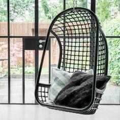 Balancelle en rotin noir, 55 x 72 x 110 cm, 250 euros, HK Living.