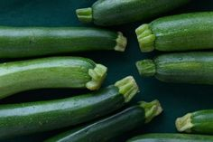 Zucchini and summer squash are abundant this time of year: here's how to choose the best ones and how to store and cook them at home. Vegetarian Breakfast, Vegetarian Recipes Dinner, Healthy Recipes, Healthy Foods, Best Vegetable Recipes, Vegetable Dishes, Squash Tips, Food Articles, Summer Squash