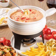 Qu'est-ce qui est encore meilleur qu'une fondue au fromage? Une fondue au fromage parfumée à l'italienne! Découvrez notre savoureuse recette et préparez-vous à voir votre vie chamboulée! Fondue Raclette, Cheeseburger Chowder, Main Dishes, Bbq, Food And Drink, Soup, Lunch, Ethnic Recipes, Pains