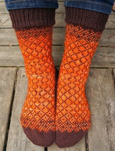 Käsistä karannut: sukat Loom Knitting, Knitting Socks, Hand Knitting, Knitted Slippers, Wool Socks, Sock Leggings, Colorful Socks, Diy Clothing, Handmade Clothes