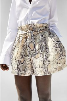 Be ready to see stylish snake print outfits at streets because it became a very trend print this season. Snake Print Pants, Animal Print Pants, Animal Print Fashion, Fashion Prints, Fashion Design, Print Shorts, Couture Mode, Style Couture, Couture Fashion
