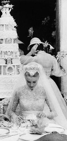 Grace Kelly at her wedding reception, with her cake and a bridesmaid in the… Grace Kelly Mode, Grace Kelly Wedding, Grace Kelly Style, Royal Brides, Royal Weddings, Princesa Grace Kelly, Patricia Kelly, Old Hollywood, Classic Hollywood