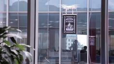 """高層ビルで働く人にリーチする秘策!テイクアウト専門店の""""空飛ぶ広告""""   AdGang http://adgang.jp/2014/08/71346.html"""