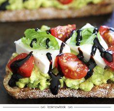 Torrada de caprese com abacate. #receita #caprese #abacate #dica #lanche #torrada #domingo #gastronomia #lnl #looknowlook