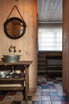 Salle de bains très rustique avec aménagement en bois et fer