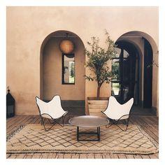 Terrain de jeu du prochain mariage à Marrakech : ! Marrakech, Wedding Styles, Oversized Mirror, Wedding Planner, Villa, Architecture, Furniture, Instagram, Home Decor