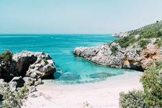 Nos conseils pour découvrir les plus belles plages et criques désertes d'Albanie. Direction Dhërmi, Ksamil, Sarandë et Gjipe !