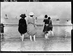Baigneuses, scènes de plage à Deauville : [photographie de presse] / Agence Meurisse - 1