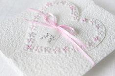 Machen Sie Ihrer Mama eine kleine Freude mit dieser besonderen, handgemachten Karte. Es sind viele Farben erhältlich. Die Karte besteht aus handgeschöpftem Papier, welches ich mit viel Liebe selbst schöpfe. Sie wird mit einem Umschlag und einem Einlegeblatt aus Transparentpapier geliefert. Eine Individualisierung mit einem Wunsch-Titel kann ebenfalls gewählt weden.  #Glückwunschkarte #Muttertag #Blumen #Herz #pastell #lilimo #Muttertagskarte #bestemama #bestmom #liebe #blümchen #danke #mama Beste Mama, Tableware, Paper, Pastel, Glee, Heart, Love, Cards, Dinnerware