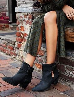 Free People Belleville Distressed Sz 39 In Black New In Box Boots. Get the must-have boots of this season! These Free People Belleville Distressed Sz 39 In Black New In Box Boots are a top 10 member favorite on Tradesy. Save on yours before they're sold out!