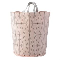 This practical laundry basket from Bloomingville is made of cotton and has a graphic pattern in grey. The laundry basket has two handles so that you easily can move around it in your home. The pink base of the pattern makes the look more playful, yet still a clean design. Combine with other bathroom decorations from Bloomingville.