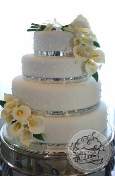 Wedding cake decorated with edible callas. Bolo de casamento decorado com callas comestíveis.