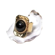 Opulenter Onyx Ring aus Messing vergoldet, gehämmert