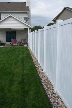 Do You Want Stunning Fence Design Ideas In Your Front Yard? If you need inspiration for the stunning front yard fence design ideas. Our team recommends some amazing designs that might be inspire you. We hope our articles can help you. enjoy it. Backyard Patio Designs, Small Backyard Landscaping, Landscaping With Rocks, Backyard Projects, Backyard Plants, Modern Landscaping, Small Patio, Landscaping By Fence, Backyard Layout