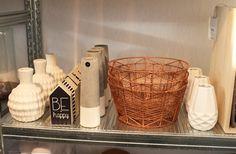 Woonbeurs 2014: dit zijn de interieurtrends van het moment | Andere trend items voor in huis zijn witte vazen, mini huisjes en koperkleurige manden. Deze kan je shoppen in de webshop van By Zenz.