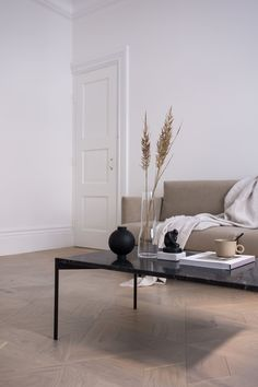 The latest in Minimalist interior design. See what perfect minimalist interior design looks like with these inspiring examples. Beige Living Rooms, Living Room Interior, Living Room Decor, Kitchen Interior, Minimalist Sofa, Minimalist Interior, Living Room Inspiration, Interior Design Inspiration, Design Ideas