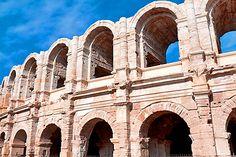 Autrefois métropole de la Gaule romaine, Arles a conservé de cette époque plusieurs monuments romains inscrits au patrimoine mondial de l'Unesco : les Arènes, célèbres dans le monde entier, les Alyscamps, le théâtre antique ou encore les thermes de Constantin. #Arles #provence #tourisme #vacances #culture #voyages