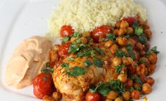 A simple and healthy baked chicken recipe with fresh tomatoes and a slightly spicy paprika yogurt sauce. - I cut the oil by half Healthy Baked Chicken, Baked Chicken Recipes, Roasted Chicken, Mediterranean Chicken, Mediterranean Recipes, Chickpea Recipes, Healthy Recipes, Healthy Foods, White Bean Recipes