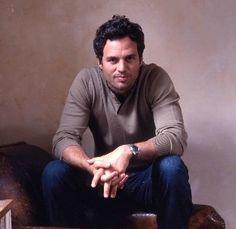 MARK Mark Alan Ruffalo nasceu em  22 de novembro de 1967, em Kenosha, Wisconsin, EUA. É filho de Rose Marie, uma cabeleireira e estilista, e Frank Lawrence Ruffalo Jr., um pintor de casas.  2. Mark é casado com a atriz franco-americana Sunrise Coigney. O casal tem três filhos. O menino, Keen, e as meninas: Bella Noche e Odette.