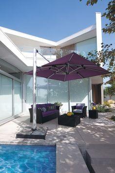 Gemütliche Terrasse, Modern Gestaltet. Mit Lila Ampelschirm Shademaker  Polaris