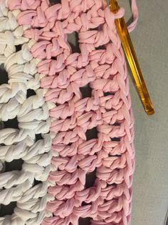 Patrón Alfombra Pretty Paso a Paso - Mariatrapillo Crochet Bolero, Crochet Doilies, Crochet Carpet, Crochet Rug Patterns, Diy Carpet, Stair Carpet, How To Purl Knit, Crochet Basics, Love Crochet