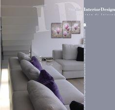 Zona giorno, dettaglio divano ed illuminazione, villa nel milanese www.studiointeriordesign.it