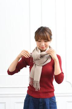 あなたは大丈夫?「ひと昔前」に見えないストールの巻き方&選び方|LIMIA (リミア) Plaid Scarf, Turtle Neck, Sweaters, Fashion, Moda, Fashion Styles, Pullover, Sweater, Fashion Illustrations
