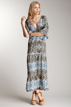 Get 70's glam with the addition of a floppy hat and chunky heels to this printed tier dress.