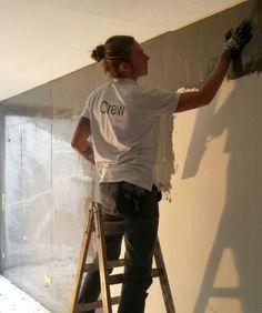 So entsteht Loft-Charakter imReihenhaus. Etwa 50qm ganz normale Wandputzflächebekommt von unseren Mitarbeiterneinen handgefertigten Sichtebeton-Mantel verpasst.