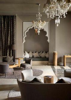 La salle de séjour originale et moderne avec le canapé marocain