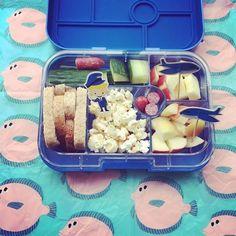 GM: laatste school week en wij zijn eigenlijk al met ons hoofd bij de vakantie. Vandaar ook de vliegtuigjes, de grappige steward en de tropische vissen (= inpakpapier van de #flyingtiger ) . Dus ook een beetje popcorn in de #lunchbox want de laatste wk is altijd een feestje!! Fijne dag allemaal!! #cecielmaakt #funfoodforkids #funnylunch #pimpjelunch #dutchbento #bento #tsolunch #basisschool #foodflatlay #foodoftheday #foodofinstagram