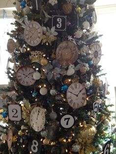New Year's Eve tree. this would be cute to switch out the Christmas ornaments for New Year's Eve. Christmas Tree Themes, Holiday Tree, Holiday Fun, Christmas Crafts, Christmas Ornaments, Holiday Parties, New Year Holidays, Christmas And New Year, Holidays And Events