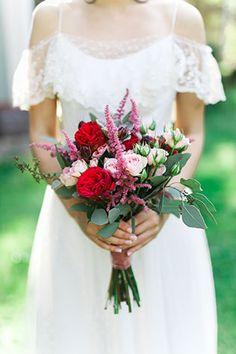 Яркая свадьба с красными акцентами, букет невесты